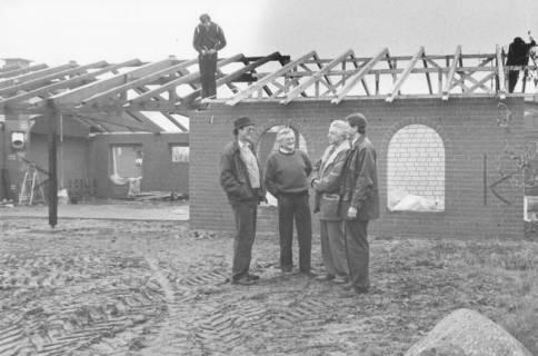 ARH Slg. Bartling 2026, Gruppe von vier Männern vor dem im Rohbau befindlichen Vereinshaus des Tennis-Vereins Blau-Weiss, Neustadt a. Rbge, um 1975