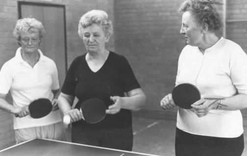 ARH Slg. Bartling 2029, Drei ältere Tischtennisspielerinnen mit Schlägern beim Spiel am Tisch, um 1975