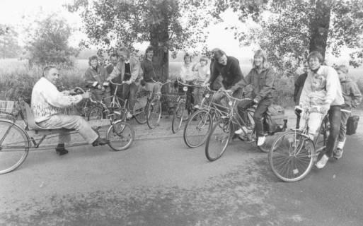 ARH Slg. Bartling 2036, Radwanderer und Radwanderinnen mit Kindern vor dem Start auf der Straße Vor dem Moore, 1988