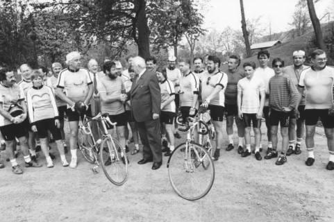 ARH Slg. Bartling 2037, Begrüßung einer Gruppe von Radfahrerinnen und Radfahrern aus La Ferté-Macé am Erichsberg durch Bürgermeister Henry Hahn, Neustadt a. Rbge., um 1985
