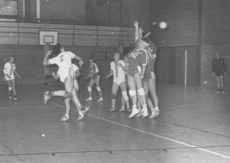 ARH Slg. Bartling 2039, Damen beim Hallenhandballspiel, Torwurf, Blick von der Seite, um 1975