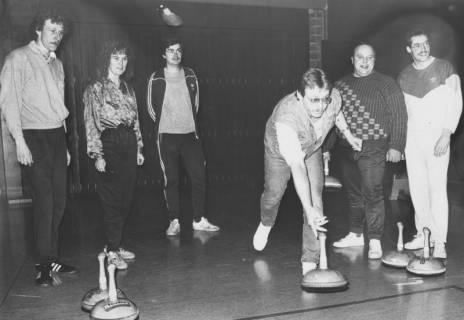 ARH Slg. Bartling 2047, Eine Gruppe von sechs Freizeitsportlern beim Stockschießen in einer Sporthalle, um 1975