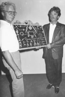 ARH Slg. Bartling 2053, Zwei Männer, nebeneinander stehend und herschauend, präsentieren aus Anlass der Einweihung eines Segel-Clubheims (?) eine Knotentafel, um 1975