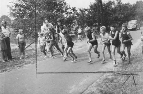 ARH Slg. Bartling 2057, Start von sechs Schülerinnen und Schülern zum Leichtathletik-Wettlauf auf der Straße neben dem Sportplatz in Scharrel, 1974
