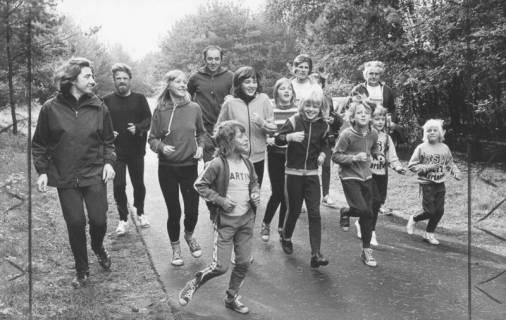 ARH Slg. Bartling 2058, Kinder und Erwachsene des TSV Bordenau beim Trimm-Dich-Lauf auf einer Straße, 1974