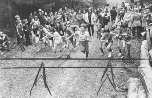 ARH Slg. Bartling 2059, Start der Schüler des TSV Bordenau zum Waldlauf nach Schloss Ricklingen, hinter ihnen eine große Menge an Zuschauern, 1974