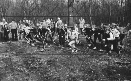 ARH Slg. Bartling 2060, Jugendliche des TSV Bordenau beim Start zu einem Waldlauf, hinter ihnen eine Menge an Zuschauern, 1974