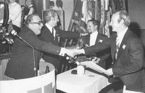 ARH Slg. Bartling 2094, Überreichung einer Ehrenurkunde an Manfred Heinke (2. v. r.) und A. Seidel (r.) durch den Geschäftsführer des Deutschen Turnerbundes Erich Heinz Ertl (l.) und Günter Skirke (2. v. l.), 1974