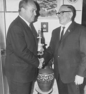 ARH Slg. Bartling 2098, Doppelporträt, Überreichung einer Flasche Asbach-Uralt an den ältesten Schiedsrichter Erich Eickmann (r.) durch Otto Meldau, 1969