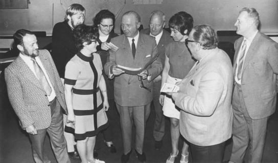 ARH Slg. Bartling 2100, Hauptausschuss (Gruppenbild mit stehenden Damen und Herren, 2. v. l. Bernd Möller), 1971