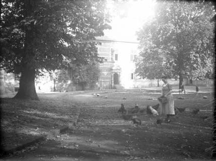 ARH Slg. Grabenhorst 16, Unbekannte Dame auf Innenhof des Schloss Landestrost, Neustadt a. Rbge., vor 1924