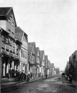 ARH Slg. Grabenhorst 21, Mittelstraße mit Familie Kollmeyer, Neustadt a. Rbge., vor 1924