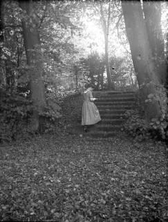 ARH Slg. Grabenhorst 5, Unbekannte Person am Schloss Landestrost, Neustadt a. Rbge., vor 1924