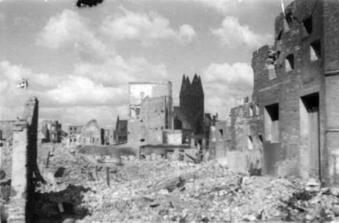 ARH Slg. Janthor 0001, Zerstörte Innenstadt mit Marktkirche im Hintergrund, Hannover, 1945