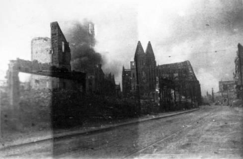 ARH Slg. Janthor 0017, Innenstadt und Marktkirche nach einem Angriff, Hannover, 1944