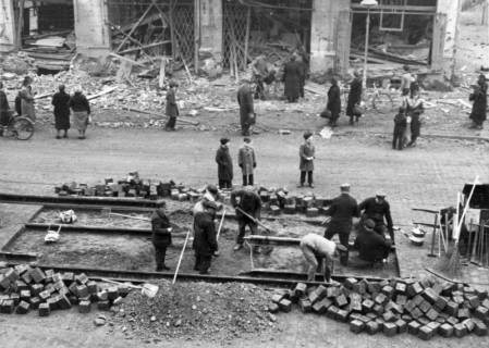 ARH Slg. Janthor 0213, Reparatur von Straßenbahngleisen nach einem Luftangriff, Hannover, ohne Datum